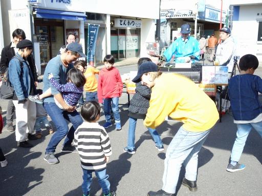 本鵠沼商店街の餅つきはDJとラッパーとダンサーとボーカリストがいる