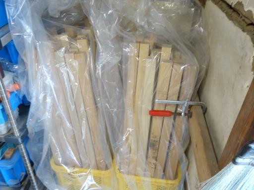 杵柄の材料のカシ材の片付け