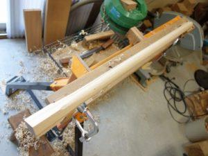 カシ棒から杵柄を製作中