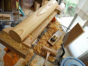 製作中の杵の頭部分の仕上げ削り作業風景
