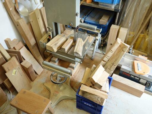 かまど用の薪作り