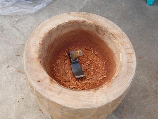 臼を手チョウナで削りり直し修理をしているところ