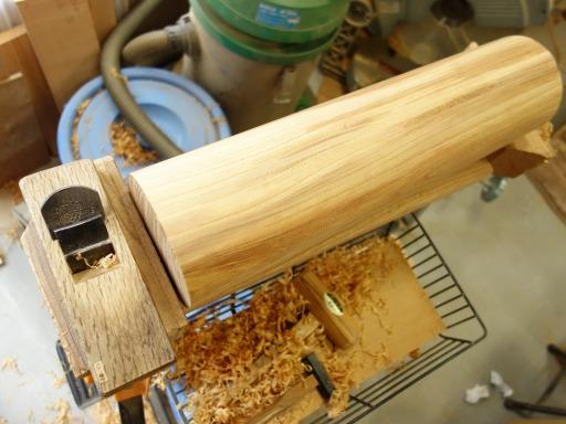 杵の頭部分のカンナでの仕上げ削り作業